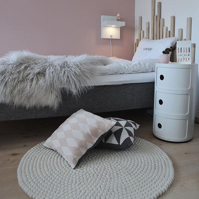 Fjortisen og jeg er kjempeglad for nytt, hvitt og deilig ullkuleteppe på rommet hennes! Teppet er fra @madeinnepal.dk, og de informerer om at hvis du vil ha hjem ditt egendesignede teppe før jul, så er bestillingsfristen 14. november. ✨ //samarbeid . #madeinnepal #beckersfärg #kilandsnorge #markslöjd #bergeneholm #bedroom #soverom #bedroominspo #nordicinspiration #inspireustuesday @diy_guro @interiorbyjeanetteleikvoll #bedroomdesign #diyinterior #bedroomdecor #bedroomstyle #interio...