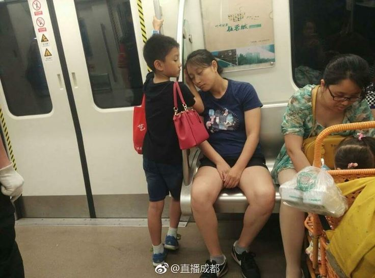Sweet little boy taking care of his mother melts netizens' hearts  A picture of a little boy looking after his sleeping mom on the subway in Chengdu has become an online hit in China.  The picture, taken in southwestern Sichuan province and posted by @zhibochengdu on Weibo, shows the kid using his hand as pillow to comfort his sleeping mother. He also took charge of keeping an eye on her purse.  Before standing guard over his sleeping mom, the boy also reportedly gave up his seat to a woman…