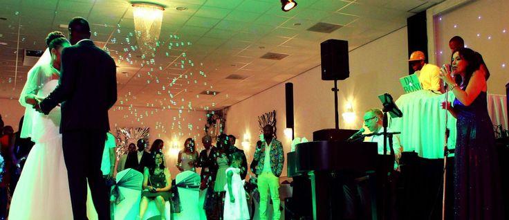 #Zandceremonie met live #muziek van Luizter. Locatie: Opera & Alians zalencentrum. #trouwceremonie #trouwen #wedding #weddingmusic #sandceremony #bruiloft Foto door Priya Dewki Fotografie