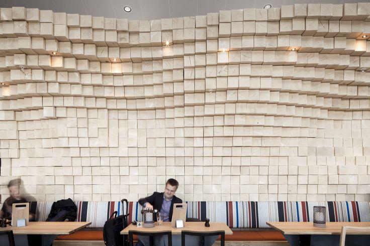 Snøhetta heeft het interieur van restaurant Hunter Bar ontworpen gelegen in de nieuw gebouwde internationale terminal op de luchthaven van Oslo. Het concept van de Hunter Bar is bedacht als een jachthuis waar gasten zich kunnen schuilen en ontspannen achterover leunend tegen de muur van de centraal gelegen bouwwerk. Het restaurant heeft een rustieke en robuuste expressie. Met het gebruik van ruw gesneden houten elementen ruw staal en leer in natuurlijke tinten ontstaat een sfeer die…