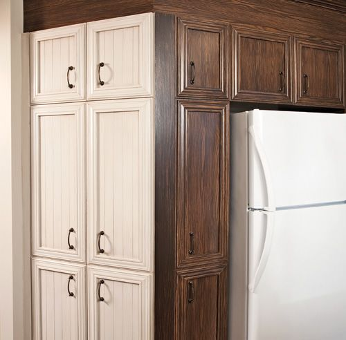 Fairepasser la mélamine du statut de matériau démodé à vedette indémodable:tel est le défi qu'ont bel et bien relevé les propriétaires de cette cuisine. Le faux-fini de bois brun chocolat des panneaux du bas s'oppose aujourd'hui à la patineblanc crème des portes d'armoires lambrissées. Grâce à la même techniquede faux-fini et à l'ajout de moulures décoratives, l'îlot monte lui aussi en grade.Ce contraste de teintes contribue au look champêtre intemporel de la...