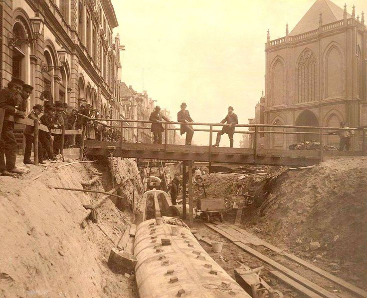 Demping van de Nieuwezijds Voorburgwal en aanleg van riolering. Links het Koninklijk Postkantoor, rechts de Nieuwe Kerk (1884).