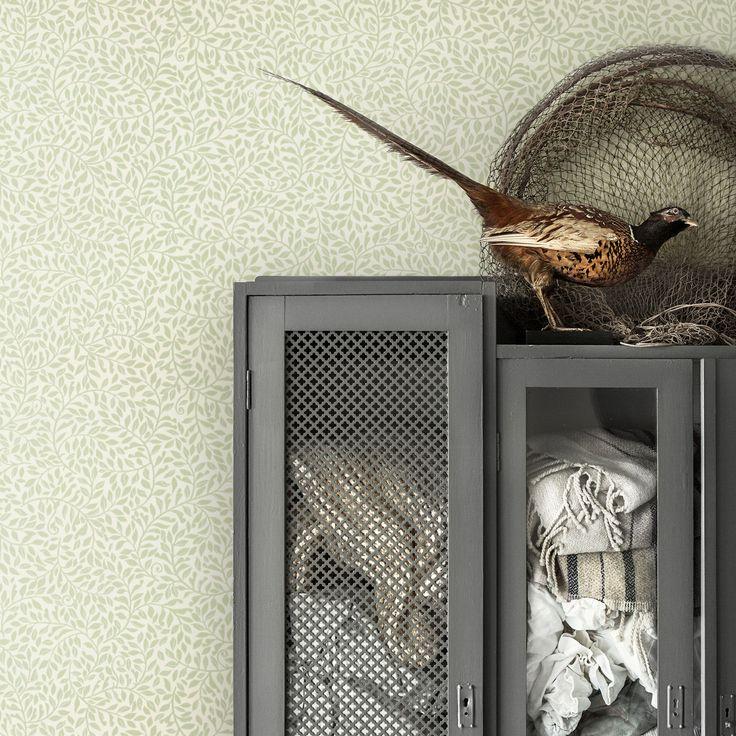 Ett tätt bladmönster som sprider sig över väggen och ger rummet ett harmoniskt uttryck. Den här friska gröna färgställningen skänker ett lugn till rummet.