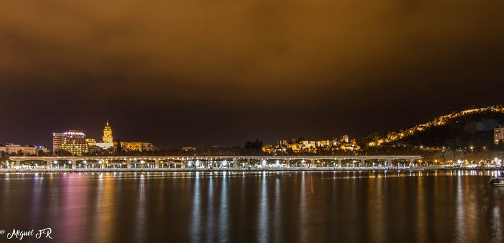 Málaga - nocturna en el puerto de Mälaga recortandose en el horizonte el castillo de Gibralfaro,la Alcazaba  y la Catedral.