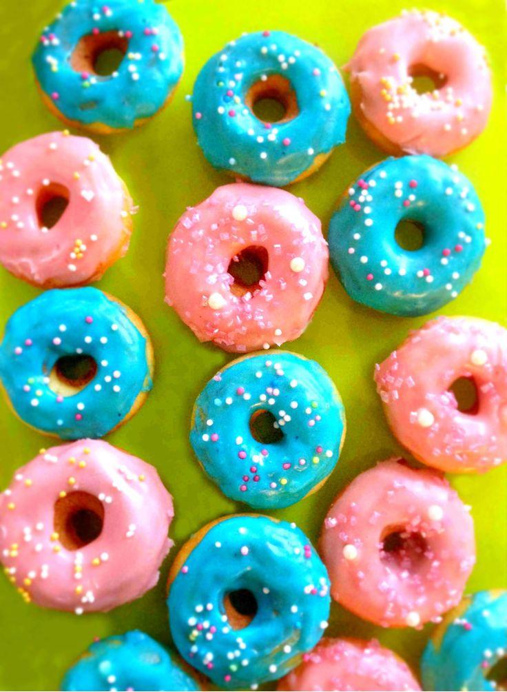 Hello girls ! Mon rôle, c'est de vous transmettre mes recettes mais aussi des recettes que j'ai dégotées sur d'autres blogs ou livres de cuisine intéressants. Je remercie MC Soleil (qui se reconnaîtra) car elle m'a offert un appareil à mini doughnuts/donuts à une période à laquelle j'en rêvé mais aussi à laquelle je n'avais pas les moyens de m'en offrir un. Certes, l'appareil en question ne vaut qu'une vingtaine d'euros chez Casa mais quand c'est la dèche, c'est la dèche ! Les priorités…
