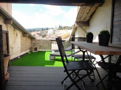 Déjeuner en terrasse vue sur les toits et la colline