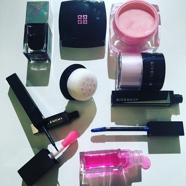 В Париже Креативный директор по макияж Givenchy Николя Дежен представил нам весеннюю коллекцию Point D'Encrage. В ней много неожиданностей. Вместо привычного фото модели - образ, нарисованный чернилами.  Сама коллекция небольшая и по большей части состоит из новаторских продуктов, нацеленных на спецэффекты. Нет привычных теней, туши, помады и т.д. Нет тенденций на цвета и оттенки сезона. Главная звезда: хайлайтер-желе Highlighter Memoire de Forme Pink Ink 01 с удивительной текстурой…