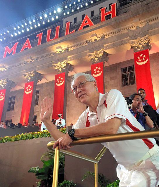 建国50年の記念式典に集まった観衆に手を振るシンガポールのゴー・チョクトン前首相=シンガポール、都留悦史撮影 ▼9Aug2015朝日新聞|シンガポール建国50年 故リー初代首相の独立宣言放送 http://www.asahi.com/articles/ASH895J2PH89UHBI00P.html #SG50 #Goh_Chok_Tong #吴作栋 #吳作棟 #ゴーチョクトン