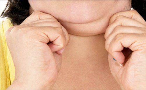 Podwójny podbródek jest problemem, który spędza sen z powiek wielu kobietom, z których wiele nawet nie cechuje się nadwagą.