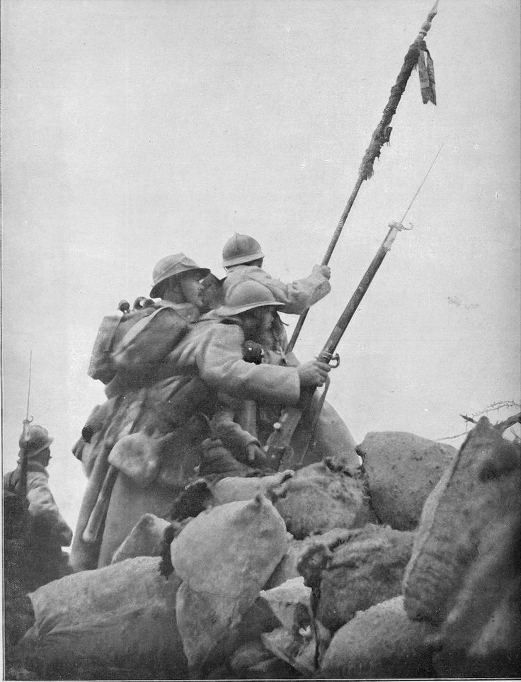 A beautiful picture: French troops assaulting enemy line carrying the flag of their regiment. The decorum used by French troops was realy old fashioned. Flags and bugles were common when German troops didn't use it anymore. WW I