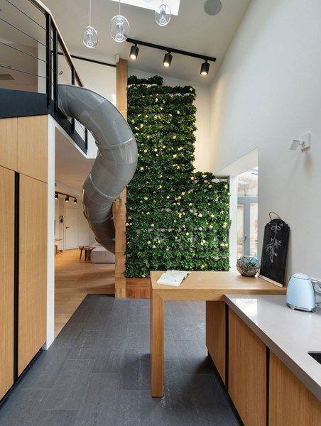 Heel mooi! opstelling keuken als bij ons, hoekje werkruimte/huiswerkruimte tussen keuken en living mooi opgevat, mag wel iets groter; mooi werkblad in combinatie met hout/zwart