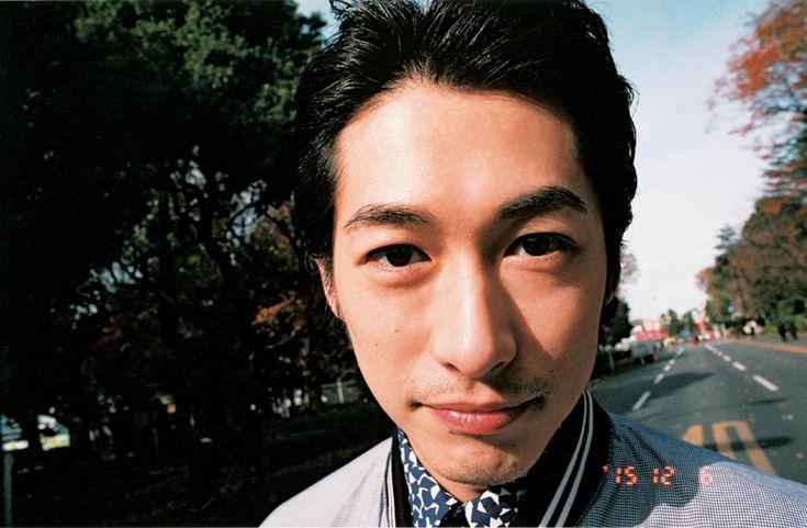 NHK連続テレビ小説『あさが来た』の五代友厚役が好評で、今、人気急上昇中のディーン・フジオカ。日本より先に香港・台湾で活躍していたことから、逆輸入俳優とも話題だ。そんなオリエンタルな魅力を放つ彼を、FRaUはロケに連れ出した。 撮影したのは、飄々とした空気感と歯に衣着せぬ物言いで、被写体の心にすっと入り込んでしまう写真家・梅佳代。そのレンズには、普段は見せない、大人の男の少年のような表情がぎっしり詰まっていた。 2016年 2月号掲載インタビュー全文公開!   僕自身はもう少し引いた目で 見ていて、やっとスタートに立てた ブルゾン¥173000、デニムパンツ¥47000、インに着たシャツ¥59000、シューズ¥100000/プラダ ジャパンカスタマーリレーションズ(プラダ) 休日の朝の東京・青山。まるで散歩のようにフランクに、梅佳代氏と喋りながら歩く国民的俳優ディーン・フジオカさんに...