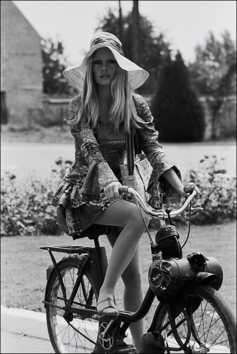 that hairBridget Bardot, Vintage Bikes, Girls Bikes, Icons, Flower Children, Spring Outfit, Riding A Bikes, Brigittebardot, Brigitte Bardot