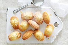 Als toetje of als traktatie bij de thee, deze sinaasappelmadeleines (met amandelspijs!) smaken altijd - Recept - Allerhande