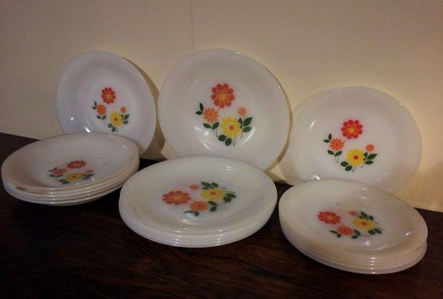 18 assiettes Arcopal Fleurs pour table colorée