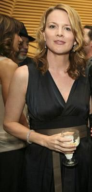 Image from http://coolspotters.com/files/photos/74017/laurel-holloman-profile.jpg.