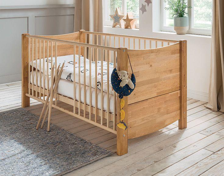 """Lass Dich vom Kinderbett """"Lino"""" begeistern! Das Bettchen überzeugt mit harmonisch geschwungenen Linien, sorgfältig gesofteten Kanten und einer hohen Funktionalität. Ein Möbelstück, das Ihren Sonnenschein bis ins Kindergartenalter und darüber hinaus begleiten kann, denn es wächst mit! Dank Umbauset wird aus dem Gitterbett ein standesgemäßes Juniorbett."""
