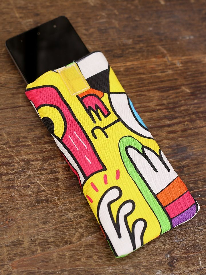 Artigiano: Tappezzeria RavaglioliIlportacellulare Street Artèrealizzato dalla TappezzeriaRavaglioli di Osimo (AN) in tessuto imbottito firmato Kirkby Design. Ideato per cellulari da 4,7 pollici in giù, nel tessuto è riprodottal'arte Doodle (letteralmente scarabocchio) che trae spunto dalla urban e street art con una rifinitura di qualità superiore ed un intreccio di colori che rendono il prodotto moderno e allegro.