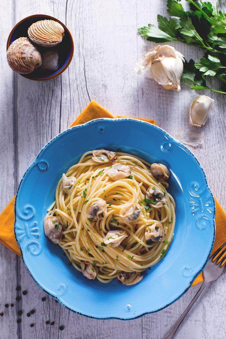 Prelibati tartufi di mare decorano un delizioso piatto di spaghetti. Porta in tavola un primo piatto delicato, gustoso e di classe! #Giallozafferano #recipe #ricetta #spaghetti #tartufi #mare