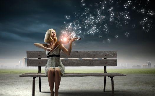 Обои для рабочего стола Девушка сидя на скамейке играет на скрипке с огнем, от которой вверх поднимаются музыкальные ноты (© Akela), добавлено: 21.03.2015 02:40