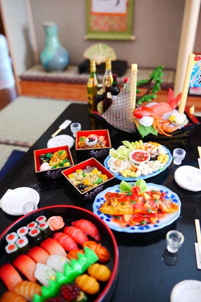 新しい和室で、新年会しましょう。  お料理用意しました。 中央にあるのはおせちのお重。   さあ、ふたを開けましたよ!   お刺身は船盛...