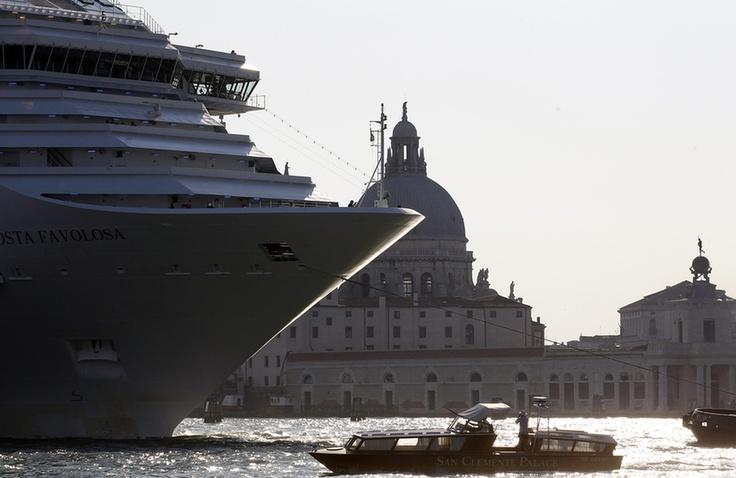Gőzerővel dübörög a 2012-es turisztikai szezon, amit Velencében többek között arról is észre lehet venni, hogy megjelentek a város kikötőjében a hatalmas utasszállító óceánjárók. A képen a Costa Favolosa csusszan be az olasz város egyik lagunájába.