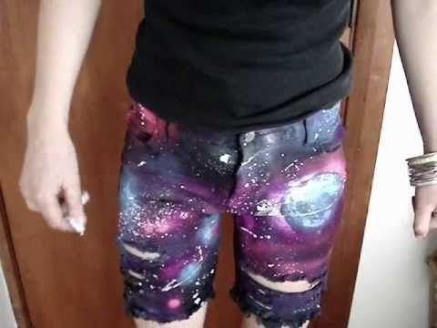 """DIY impression """"Galaxy"""". Découvrez dans ce tutoriel vidéo comment customiser facilement un pantalon en créant des images de constellation et de galaxie."""