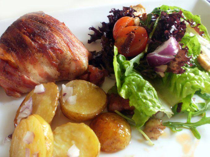Fyldt kyllingebryst, ovnkartofler og lækker salat