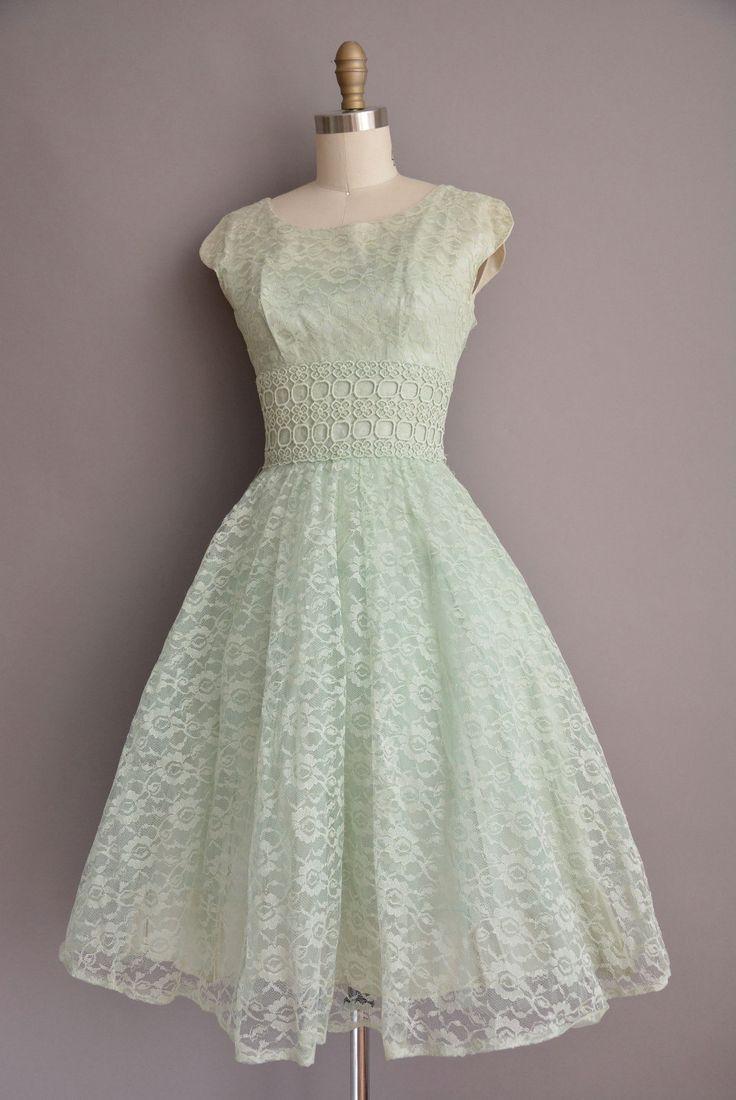 Darling vintage jaren 1950 lace partij jurk in de kleur van een prachtige groene selder, ronde hals met een vleiende gemonteerd bodice, buste