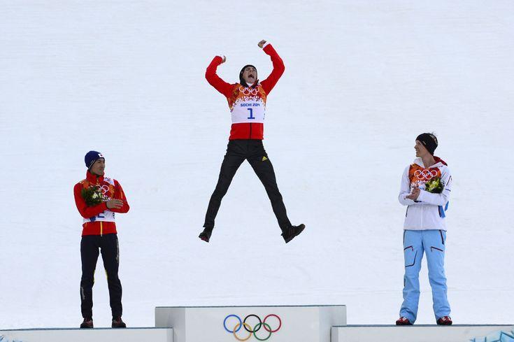 Medaliatul cu argint, japonezul Akito Watabe (S) alături de medaliatul cu aur, germanul Eric Frenzel (C) şi medialiatul cu bronz, norvegianul Magnus Krog (D) se bucură în timpul ceremoniei de premiere a probei combinata nordică individual, 10 km din cadrul Jocurilor Olimpice de Iarnă, în Rosa Hutor, Rusia, miercuri, 12 februarie 2014. (  John Macdougall / AFP  ) - See more at: http://zoom.mediafax.ro/sport/soci-2014-partea-i-12078340#sthash.MTlduSkN.dpuf