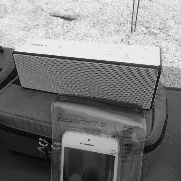 好きな音楽を聴きながら、海でのんびり。SONYのスピーカーは、普段はキッチンで使っているのですが、充電式なので外にも持っていけます。小さいのに、音もイイ!Bluetooth対応。iPhoneは、山用に買ったLOKSAKに入れて、防水・防砂対策。#SONY#SONYスピーカー#srsx33#LOKSAK#ロックサック