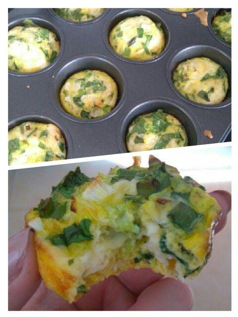 Mufinky z vajíčka, jarní cibulky a baby špenátu
