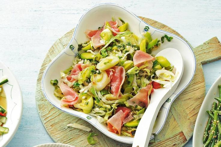 Prei en andijvie met knoflook, tijm en reepjes rauwe ham. Zo wordt groente eten wel heel lekker! - Recept - Allerhande