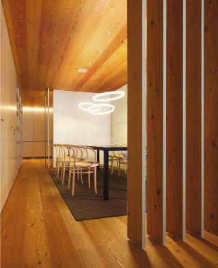 Há iluminação que pode causar um efeito muito diferente, logo altamente decorativo. Neste caso, temos a ilusão de suspensão!