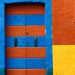 eski ahşap kapı turuncu mavi