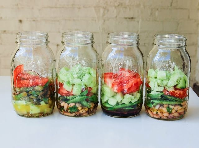 トマト、アボガドなどやわらかめの固形野菜はこのタイミングで入れましょう。たくさんの野菜を使ってサラダを重ねた方が健康的なサラダができます。より良いサラダに仕上げるには、なるべく隙間をなくすことです。