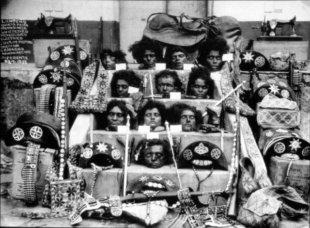 Teste dos novos coletes à prova de balas, 1923 Exposição de Virgulino Ferreira, o Lampião, e seu bando, decapitados em julho de 1938, no município de Poço Redondo, Sergipe, Brasil