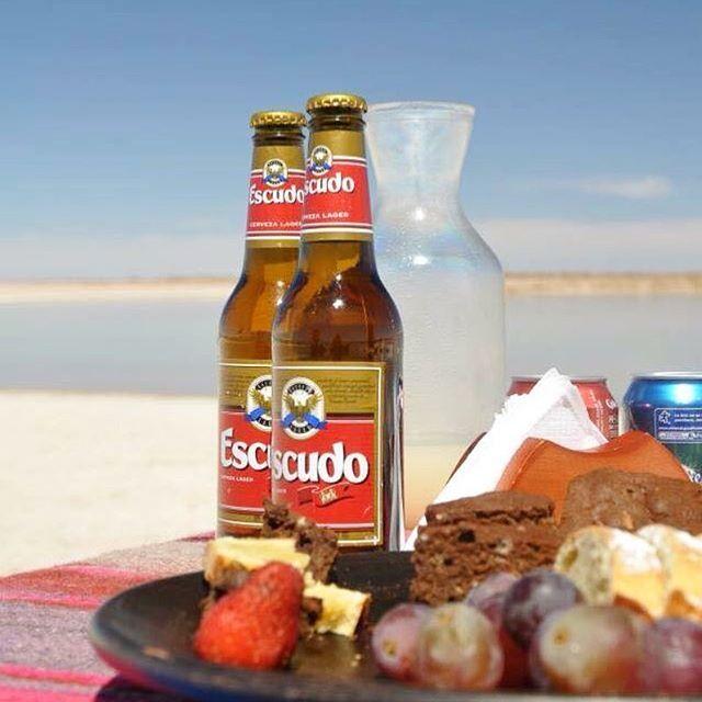 Café da manhã no meio do deserto com direito a cerveja e pisco sour {bebida a base de cachaça de uva e clara de ovo} 🍻🍸 #escudo #piscosour #sanpedrodeatacama
