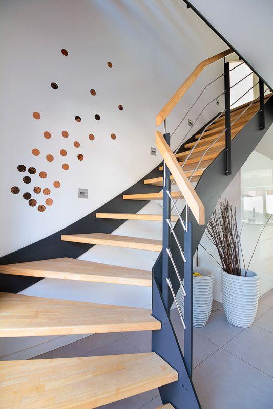 Moderne Treppe aus Holz und Metall Treppengelände…