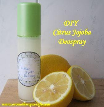 Een verfrissende en verzorgende deospray maak je met jojobaolie, lavendel, teatree en citroen etherische olie.