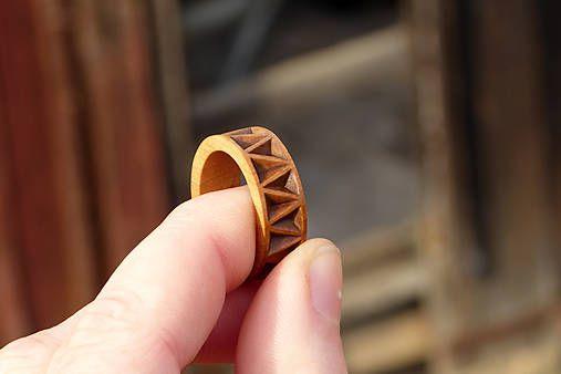 Jemný drevený prsteň z hruškového dreva, zdobený technikou vruborezu, veľkosť 57(18mm), hruškové drevo, jemne morený, olej, šelak, leštený...