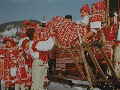 Svadobčania idú s rúchom (Heľpa - Horehronie)
