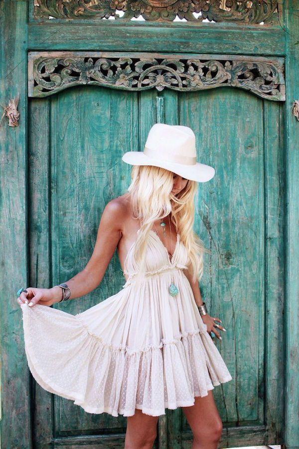 Boho Look | Vestido estilo boho, chapéu branco, acessórios turquesa, hippie chic