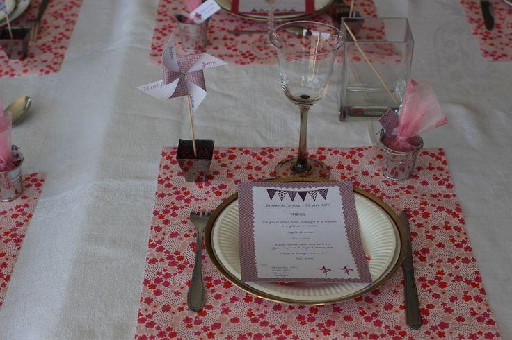 Baptême Lorelina - Marque place moulin à vent (tuto http://www.leblogdemadamec.fr/2011/08/moulin-a-vent-decoratif-diy-by-madame-c/) petits seaux à dragées - Menu fanions poudre à embosser