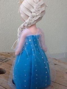Boneca Elsa Frozen <br> <br>Confeccionada em feltro, totalmente manual, rica em detalhes.