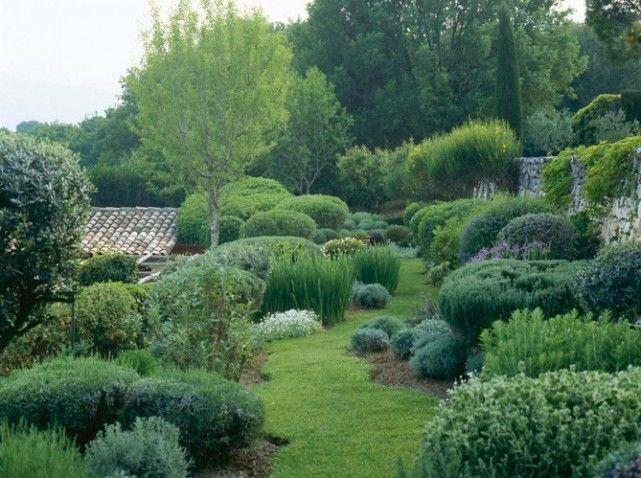 Une allée de jardin comme une invitation à la flânerie