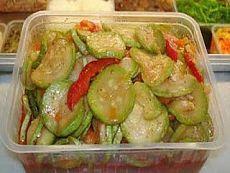 Самые вкусные рецепты - Bljudo: Кабачки по-корейски «улетают» первыми. Ингредиенты:  молодые крепкие кабачки – 2,5 кг.; лук репчатый – 0,5 кг.; морковь – 0,5 кг.; сладкий перец – 5 средних; чеснок – 200 г.; зелень разная (укроп, кинза, сельдерей, петрушка) – сколько хотите; Ингредиенты для маринада:  растительное масло – 1 стакан; сахар – 1 стакан; уксус 9% - 150 мл.; соль – 2 ложки ст.; приправа для моркови по-корейски – 2 пачки. Как готовить: