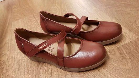 Ragazza scarpe