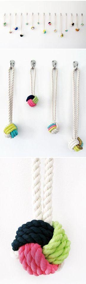 ロープの質感を活かして、ナチュラルテイストなアクセサリーにするのもおしゃれ上級者です。こちらは先端をボール状に結ぶモンキーノットと呼ばれる結び方。丸い形とカラフルな色遣いに心引かれるネックレスの完成です。