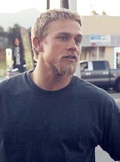 Charlie Hunnam. I remember this scene. He was having a conversation with a Police Officer at a gas station on their way up to Oregon for Tara's job.